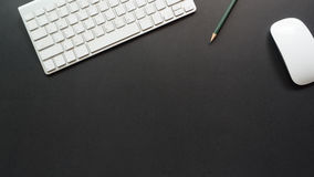Bureau d'espace de travail avec le clavier et le crayon Photo stock