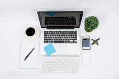 Bureau d'espace de travail d'ordinateur portable ou de carnet de vue supérieure Photos stock