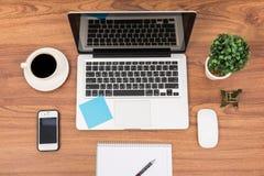 Bureau d'espace de travail d'ordinateur portable ou de carnet de vue supérieure Photographie stock