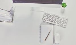 Bureau d'espace de travail, documents sur la table de bureau photographie stock