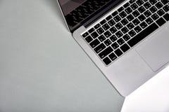 Bureau d'espace de travail et ordinateur portable, style minimal de carnet Photo libre de droits