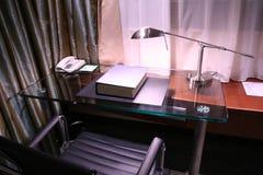 Bureau d'hôtel et lampe de relevé Photographie stock libre de droits
