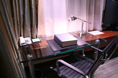 Bureau d'hôtel et lampe de relevé Image stock
