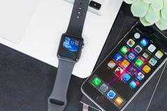Bureau d'Offise avec la montre d'Apple Photo libre de droits