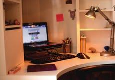 Bureau d'ordinateur dans la chambre d'enfants Photographie stock libre de droits