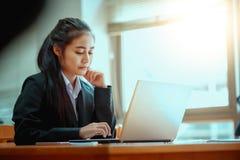 bureau d'ordinateur portatif d'affaires utilisant le femme Images stock