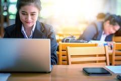 bureau d'ordinateur portatif d'affaires utilisant le femme Photographie stock libre de droits