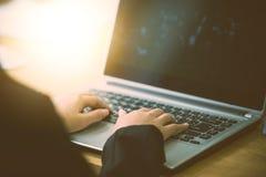 bureau d'ordinateur portatif d'affaires utilisant le femme Photo libre de droits