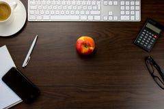 Bureau dans le bureau avec la note avec le smartphone et le stylo, un clavier Image stock