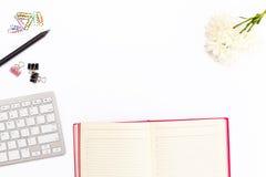 Bureau dans le bureau avec le clavier, crayon, trombones colorés, chrys Images stock