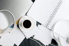 Bureau de bureau avec des articles Images stock