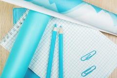 Bureau de bureau avec les approvisionnements bleus Photos stock