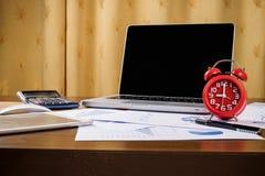 Bureau de bureau avec l'ordinateur portable, taplet, stylo, rapport d'analyse, calculatrice Images libres de droits