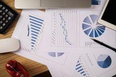 Bureau de bureau avec l'ordinateur portable, taplet, stylo, rapport d'analyse, calculatrice Photo stock