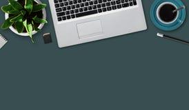 Bureau de bureau avec le carnet, la commande instantanée, la tasse de café, le crayon, la fleur et la page blanche Vue supérieure Images libres de droits