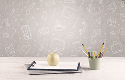 Bureau de bureau de conception avec le fond de dessins Photographie stock libre de droits