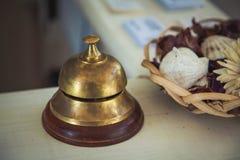 Bureau de cloche de service de vintage à la réception dans l'hôtel, plan rapproché image stock