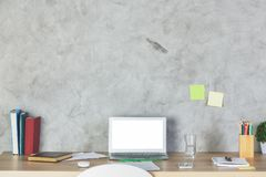 Bureau de concepteur avec l'écran vide d'ordinateur portable Images stock