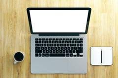 Bureau de concepteur avec l'ordinateur portable blanc Photographie stock libre de droits