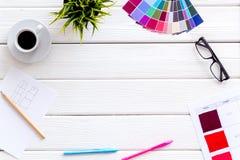 Bureau de concepteur avec les outils, la palette, le café et les verres sur la moquerie en bois blanche de vue supérieure de fond photo stock