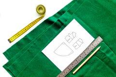 Bureau de concepteur d'habillement Textile et modèle verts d'habillement sur la vue supérieure de fond blanc Images stock