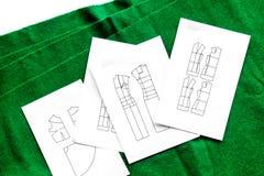 Bureau de concepteur d'habillement Textile et modèle verts d'habillement sur la vue supérieure de fond blanc Photo stock