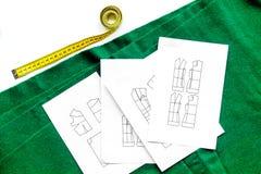 Bureau de concepteur d'habillement Textile et modèle verts d'habillement sur la vue supérieure de fond blanc Image libre de droits