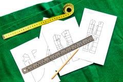 Bureau de concepteur d'habillement Textile et modèle verts d'habillement sur la vue supérieure de fond blanc Images libres de droits