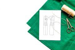 Bureau de concepteur d'habillement Textile et modèle verts d'habillement sur le copyspace blanc de vue supérieure de fond Photographie stock libre de droits