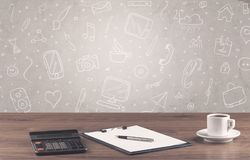 Bureau de bureau de conception avec le fond de dessins Images libres de droits