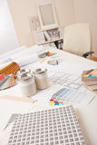 Bureau de dessinateur d'intérieurs avec l'échantillon de couleur Images stock