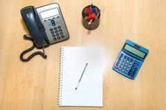 Bureau de finances avec l'ordinateur portable Photographie stock libre de droits