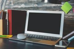 Bureau de hippie avec l'écran vide d'ordinateur portable Images stock