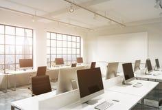 Bureau de l'espace ouvert avec des ordinateurs Photos stock