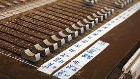 Bureau de mélange audio pour des canaux de bruit pour un concert vivant de bande à un festival photo libre de droits