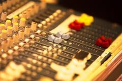 Bureau de mélange de musique en direct de disc-jockey image stock