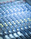 Bureau de mélange de musique en direct de disc-jockey photos libres de droits