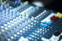 Bureau de mélange de musique en direct de disc-jockey photos stock