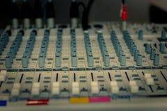 Bureau de mélange de studio d'enregistrement sonore images stock
