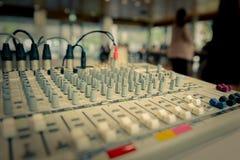 Bureau de mélange de studio d'enregistrement sonore image stock
