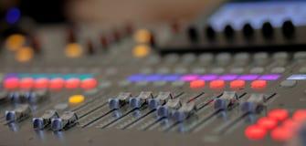 Bureau de mélange de studio d'enregistrement sonore Panneau de commande de mélangeur de musique images stock