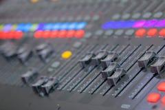 Bureau de mélange de studio d'enregistrement sonore Panneau de commande de mélangeur de musique images libres de droits