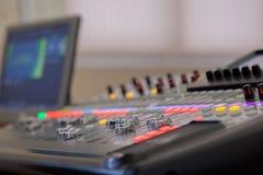 Bureau de mélange de studio d'enregistrement sonore Panneau de commande de mélangeur de musique photographie stock