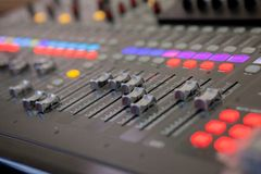 Bureau de mélange de studio d'enregistrement sonore Panneau de commande de mélangeur de musique photos stock