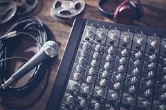Bureau de mélangeur de studio d'enregistrement sonore avec le microphone images libres de droits