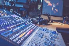 Bureau de mélangeur de studio d'enregistrement sonore : production professionnelle de musique, équipement à l'arrière-plan troubl image libre de droits