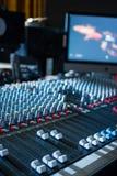 Bureau de mélangeur de studio d'enregistrement sonore : production professionnelle de musique image libre de droits