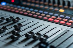 Bureau de mélangeur de studio d'enregistrement sonore : production professionnelle de musique photos stock