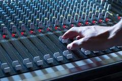 Bureau de mélangeur de studio d'enregistrement sonore : production professionnelle de musique photographie stock libre de droits