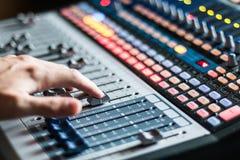 Bureau de mélangeur de studio d'enregistrement sonore : production professionnelle de musique images stock